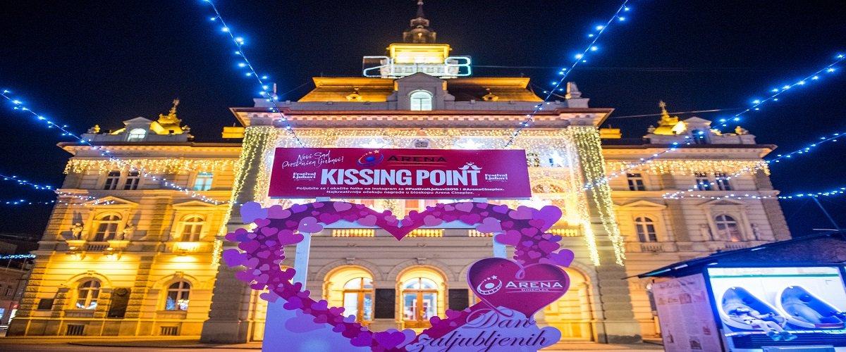 Poljubite se na Festivalu ljubavi u stendiju Arene Cineplex u obliku srca i okačite fotku na Instagram sa #FestivalLjubavi2018 i #ArenaCineplex. Vidimo se na Kissing pointu na glavnom novosadskom trgu