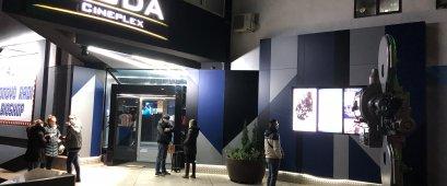 Poštovani, u skladu sa novim merama donesenim od strane Vlade Republike Srbije, bioskop Roda Cineplex radiće svakog dana od 10-21h. Ova odluka stupa na snagu u petak 4. decembra.